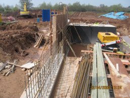 Shuttering being positioned to form the walls of the throttle (22-04-08)