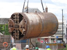 The tunnelling machine being lifted (21-08-08)
